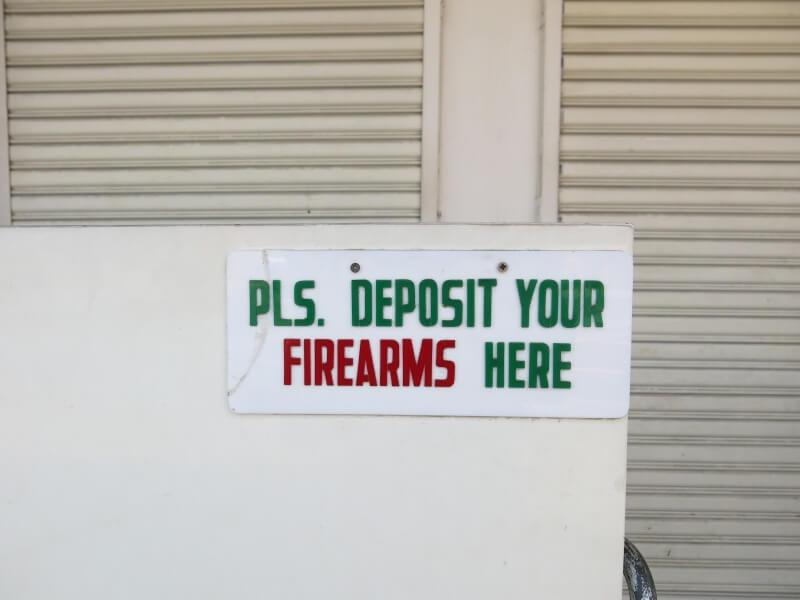 Do banky sa chdí neozbrojený. Nechajte si preto zbraň tu.