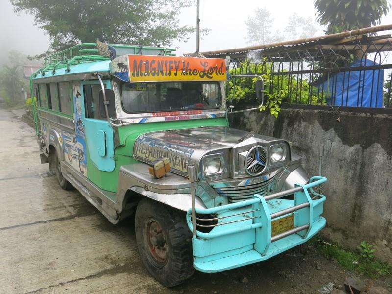 Jeepney - americký vojenský jeep premenený na autobus. Obľúbený dopravný prostriedok na Filipínach.