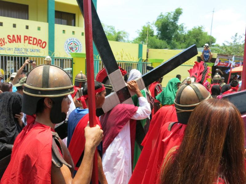 Ježiš v uliciach San Fernanda s krížom na pleci