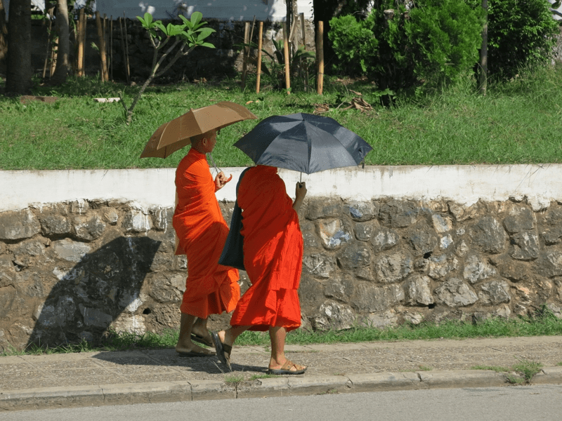 Laoskí mnísi na prechádzke v meste Luang Prabang