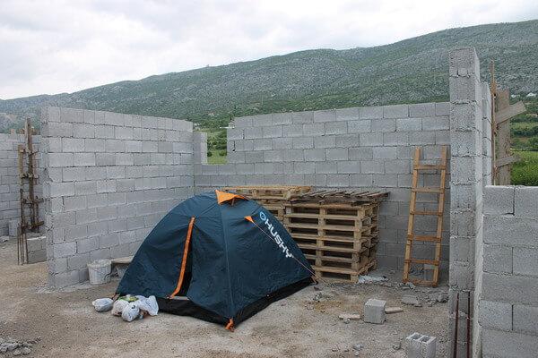 Kempovanie v rozostavanej budove v Bosne