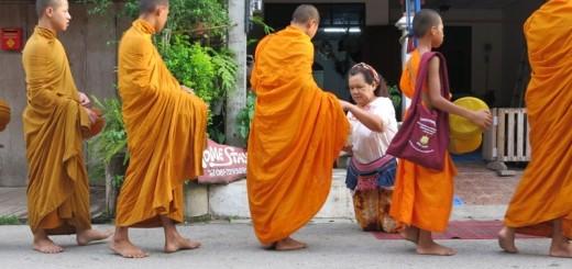 Ranný pochod mníchov po meste v severnom Thajsku