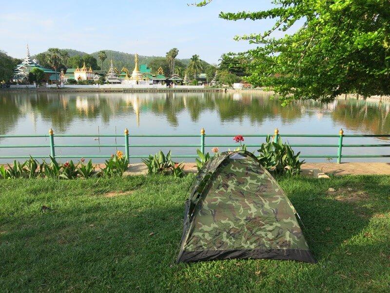 Stanovanie pri policajnej búdke pri jazere v Mae Hong Son