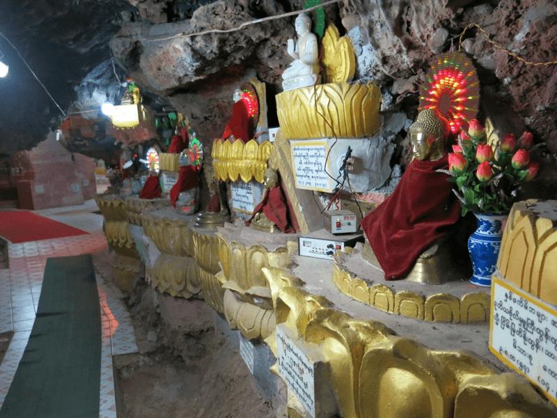 Sošky Budhov v jaskyni v mieste Kalaw v Mjanmarsku