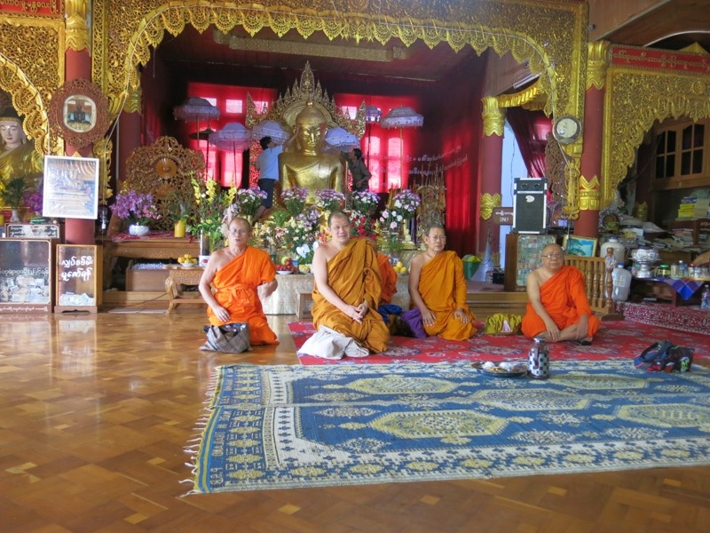 Thajskí budhistickí mnísi na návšteve v Mjanmarsku