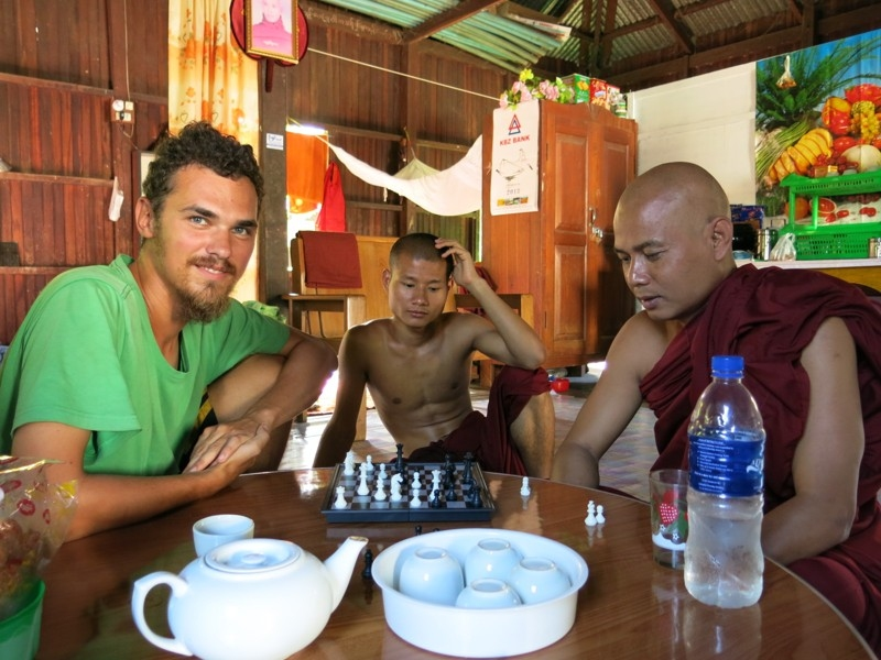 S mníchom šachovým šampiónom v kláštore v Mjanmarsku