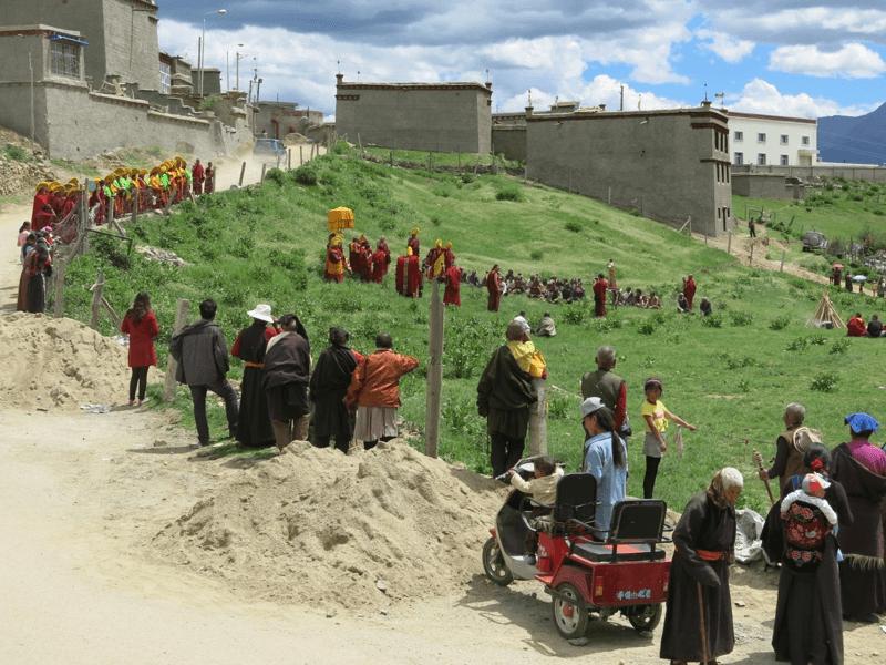 Rituál na lúke pred kláštorom v Litangu