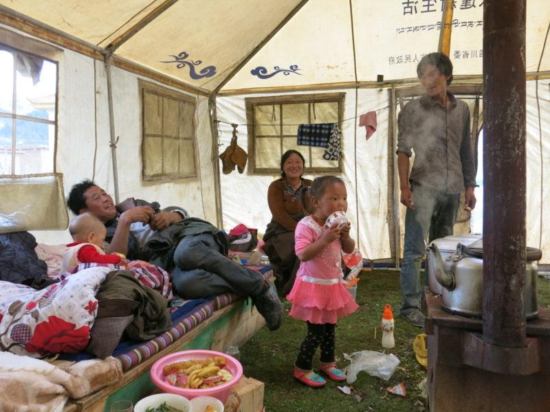 V stane u kočovných pastierov jakov v Tibete
