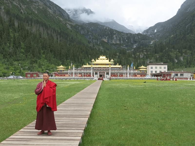 Mních ktorý ma odviezol Mercedesom do ich kláštora s univerzitou Dzogchsen Shira