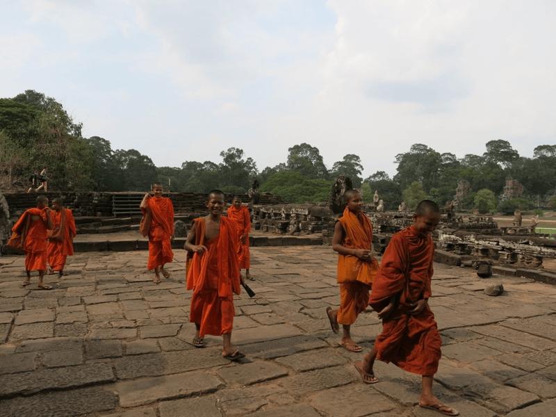 Kambodžskí mnísi na ruinách neďaleko Angkor Thom