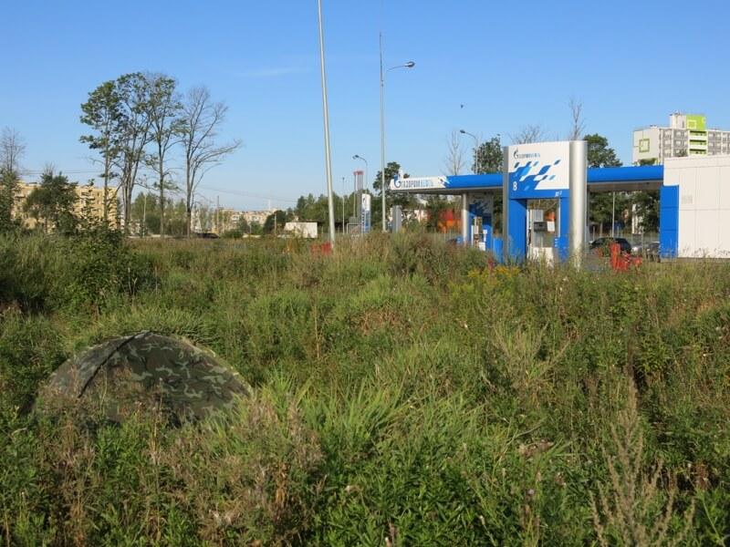 Našiel si na fotografií môj stan postavený pri benzínke na predmestí Petrohradu?