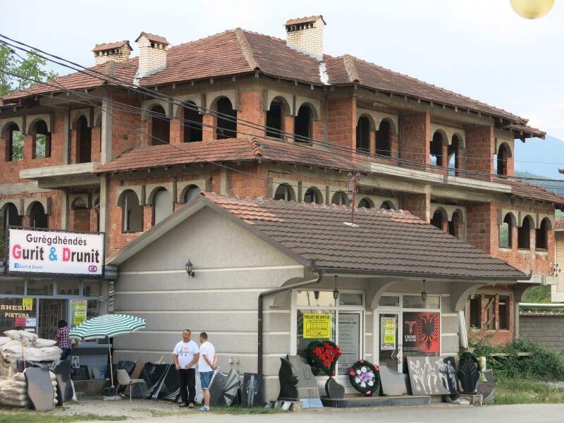 Kosovo - velké domy. albánske vlajky