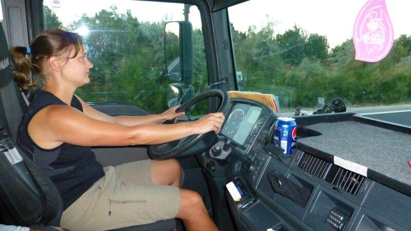 Kamoška za volantom kamiónu