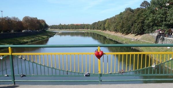 Most so zámkami zaľúbencov