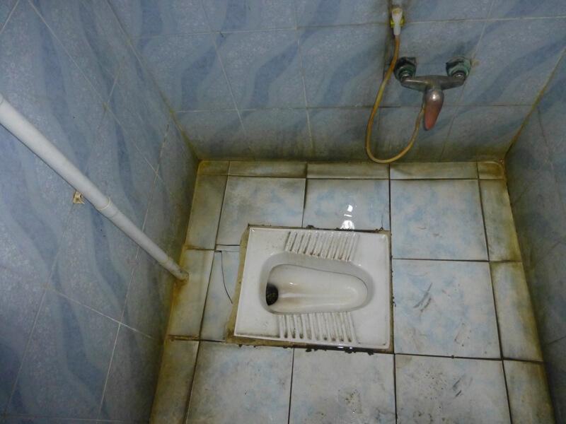 Typický ázijský záchod